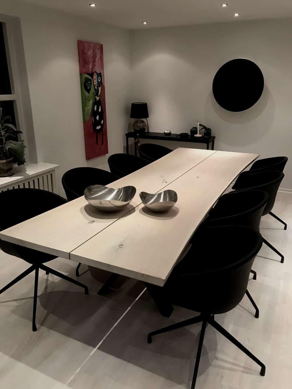 Lyst planke spisebord i moderne omgivelser