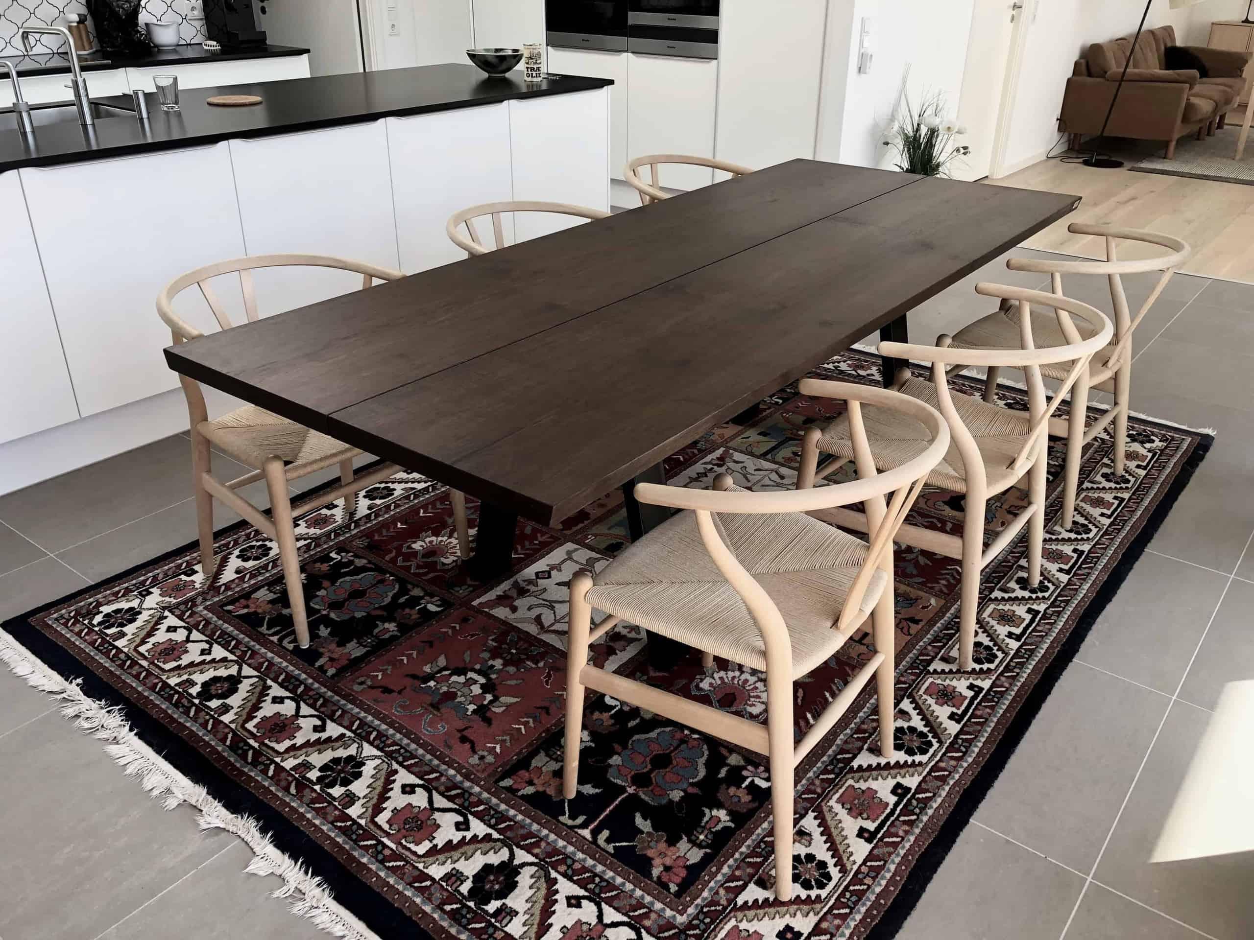 Mørkt stilrent egetræsbord fra Kærbygård