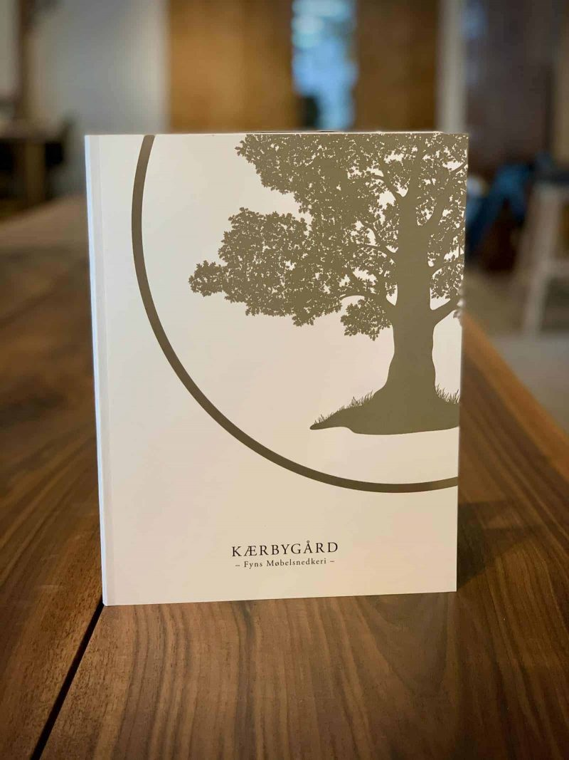 Bog katalog brochure juni2020 Kaerbygaard Kærbygård snedkeri 2020 Juni Elm Valnoed valnød Egetrae egetræ 2 scaled