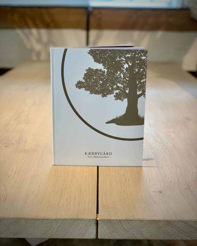 Bog katalog brochure juni2020 Kaerbygaard Kærbygård snedkeri 2020 Juni Elm Valnoed valnød Egetrae egetræ 3 scaled
