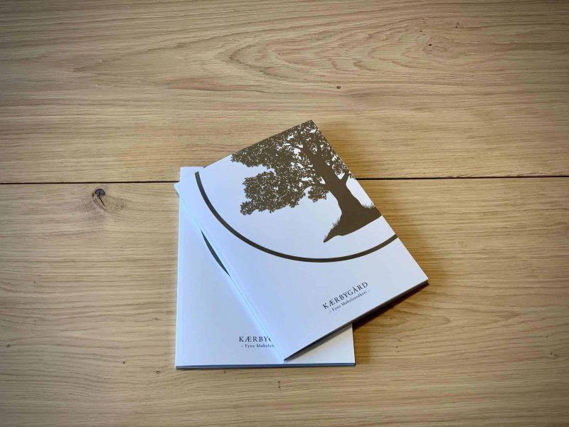 Bog katalog brochure juni2020 Kaerbygaard Kærbygård snedkeri 2020 Juni Elm Valnoed valnød Egetrae egetræ 9 scaled