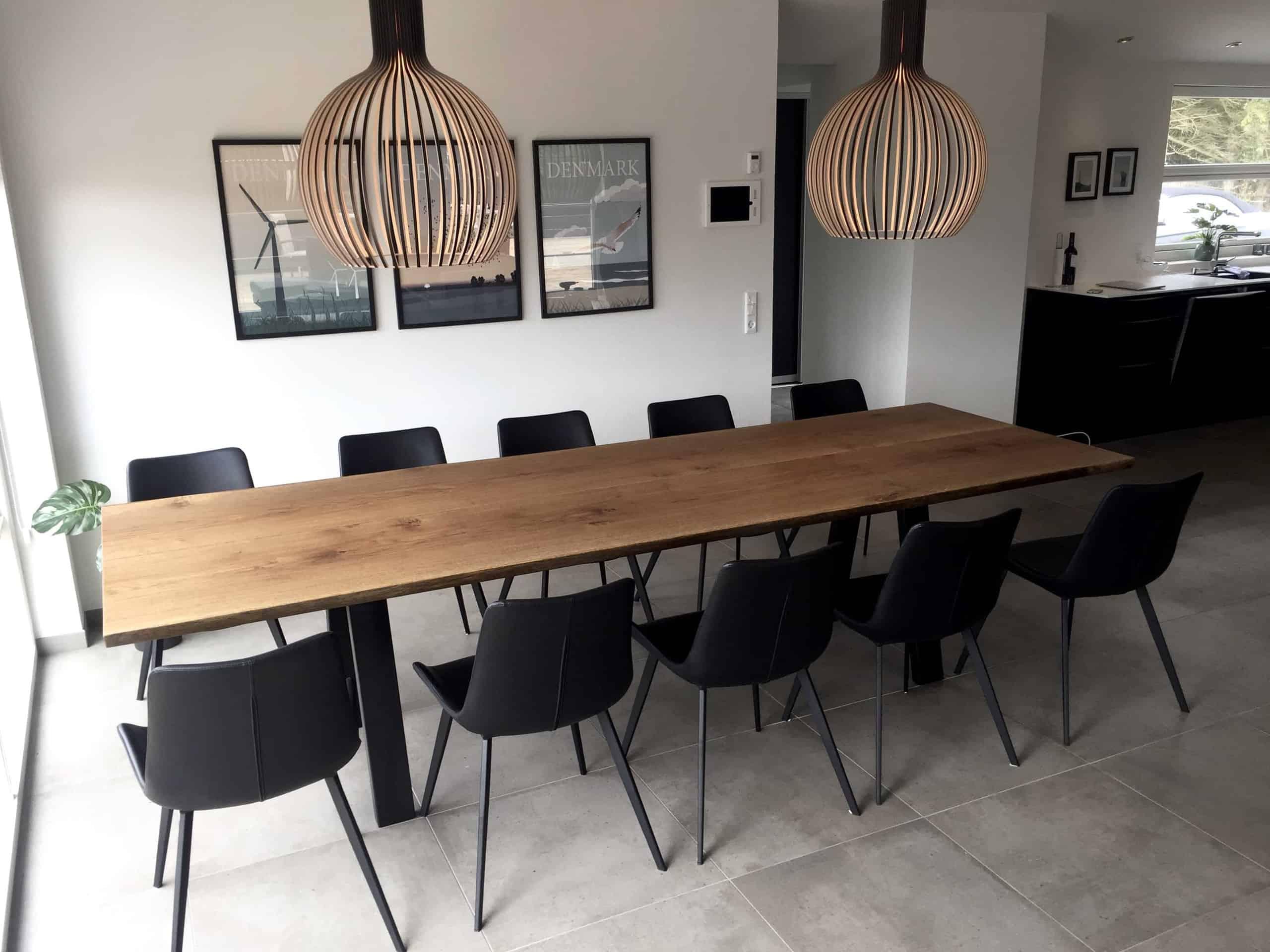 langt mørkt egetræsbord, som er perfekt til en større familie