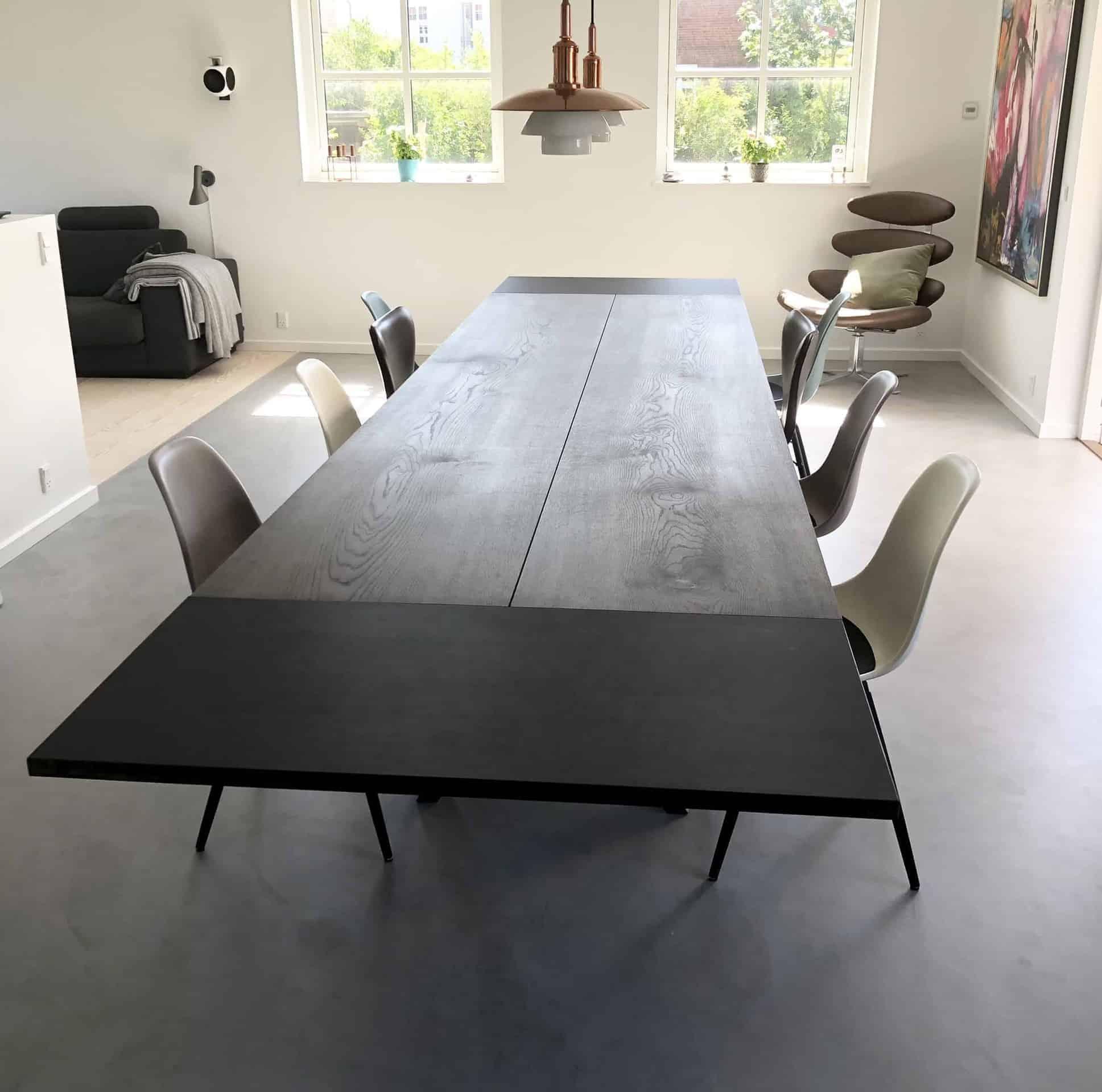 Mørkt egetræsbord med ekstra plader i enderne
