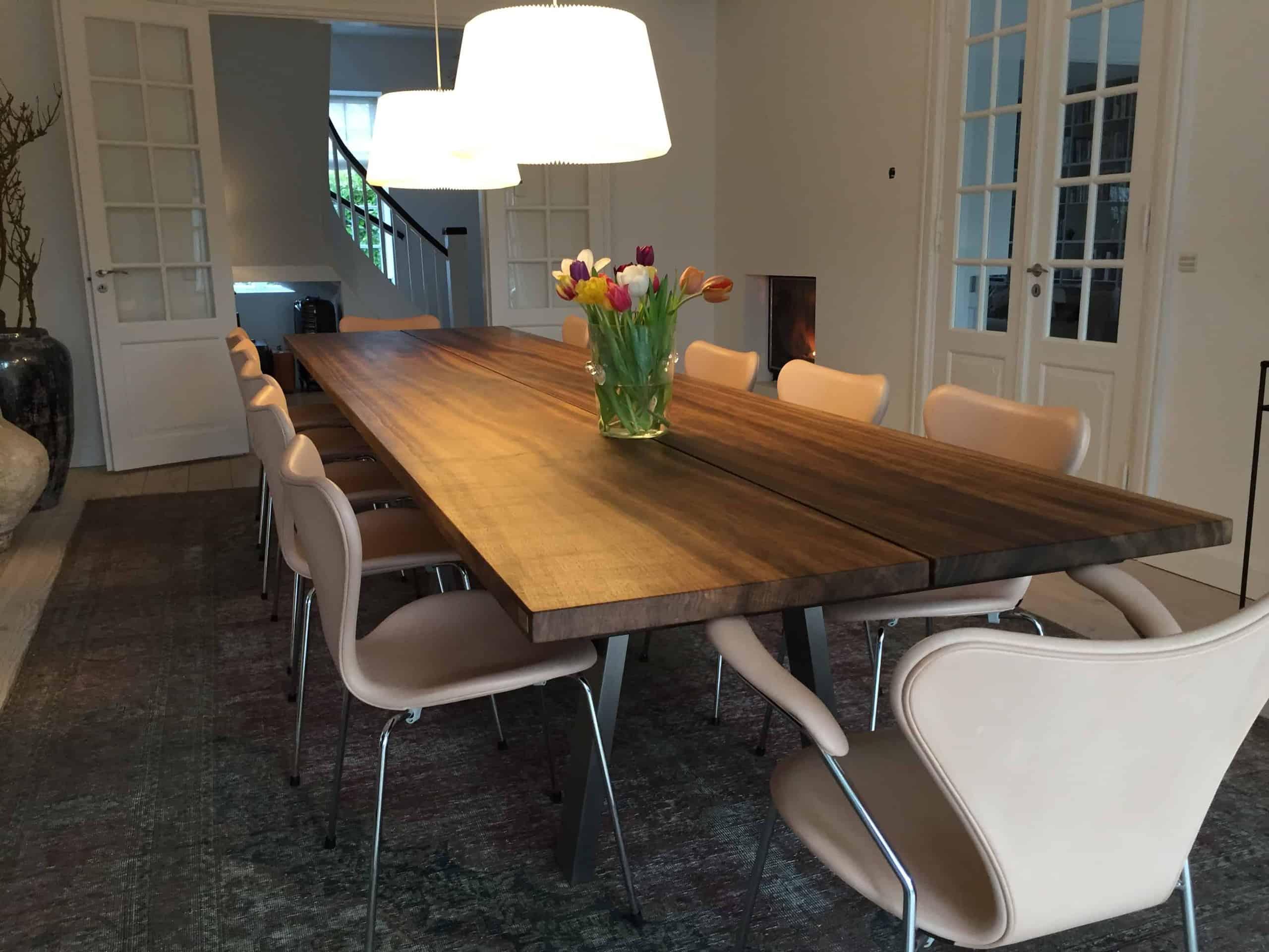 mørkt egetræsbord med lyse stole