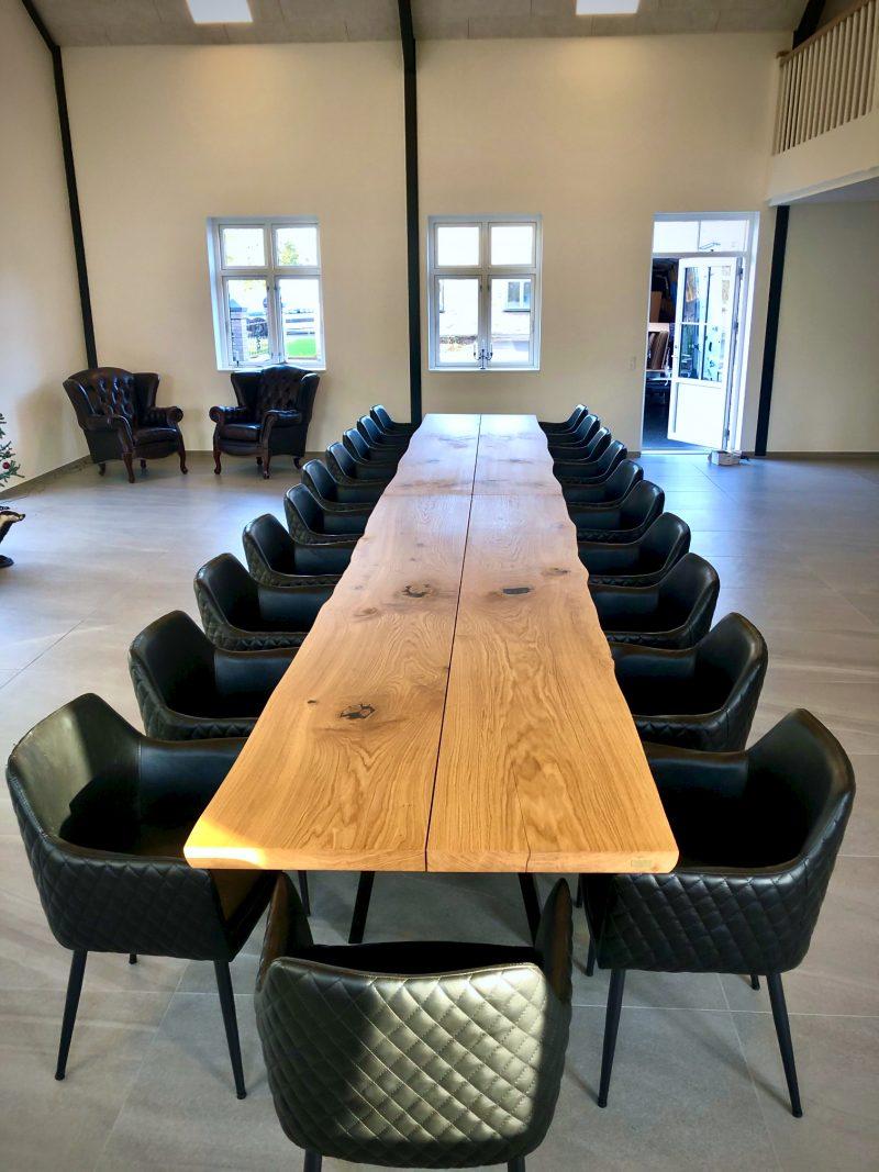 Kaerbygaard 2021 langt plankebord og konferencebord med tulsa stole 12