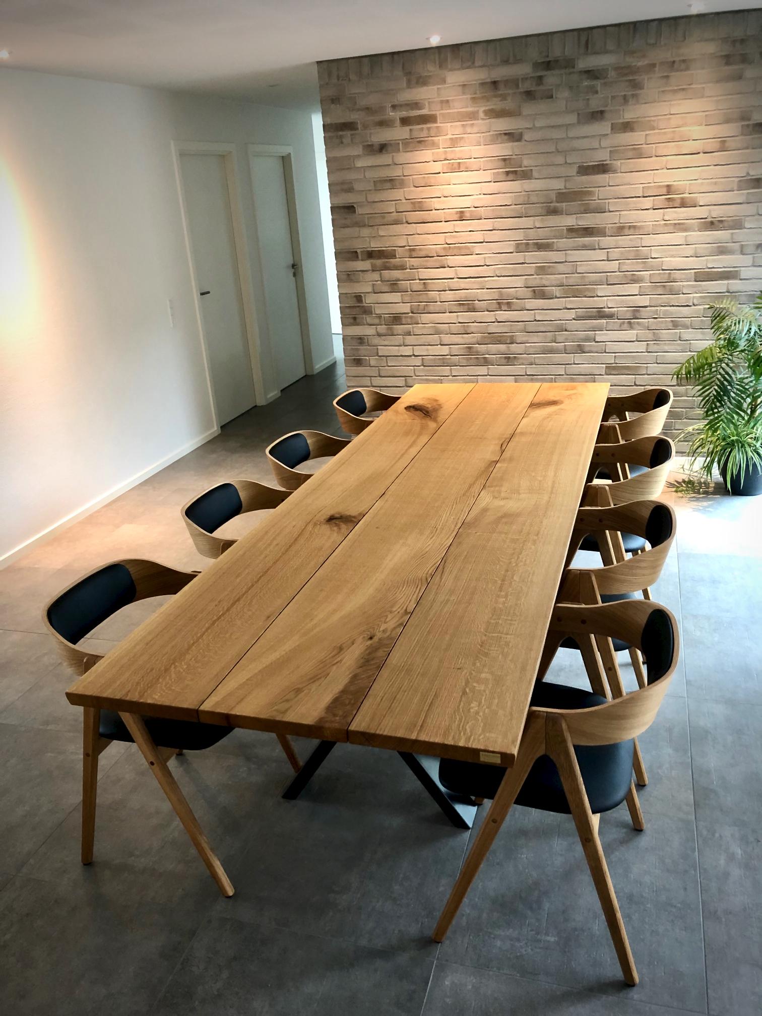 Kaerbygaard 2021 plankebord med mette stole 10