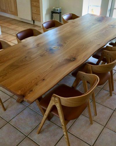 Plankebord i elmetrae 2021 kaerbygaard 2021 med udtryk og 2 tillaegsplader inkl mette spisebordsstole 2 scaled