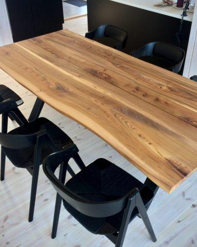 Plankebord i elmetrae 2021 kaerbygaard 2021 med udtryk og 2 tillaegsplader inkl mette spisebordsstole 4 scaled