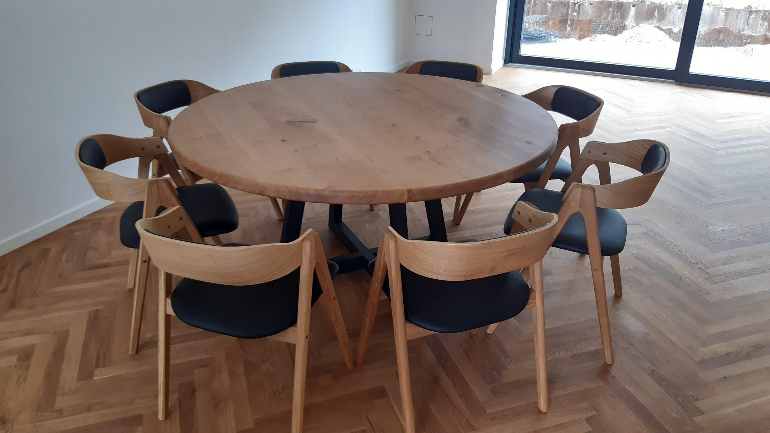 Rundt plankebord i egetrae 2021 kaerbygaard 2021 med udtryk og 2 tillaegsplader inkl mette spisebordsstole 2 scaled