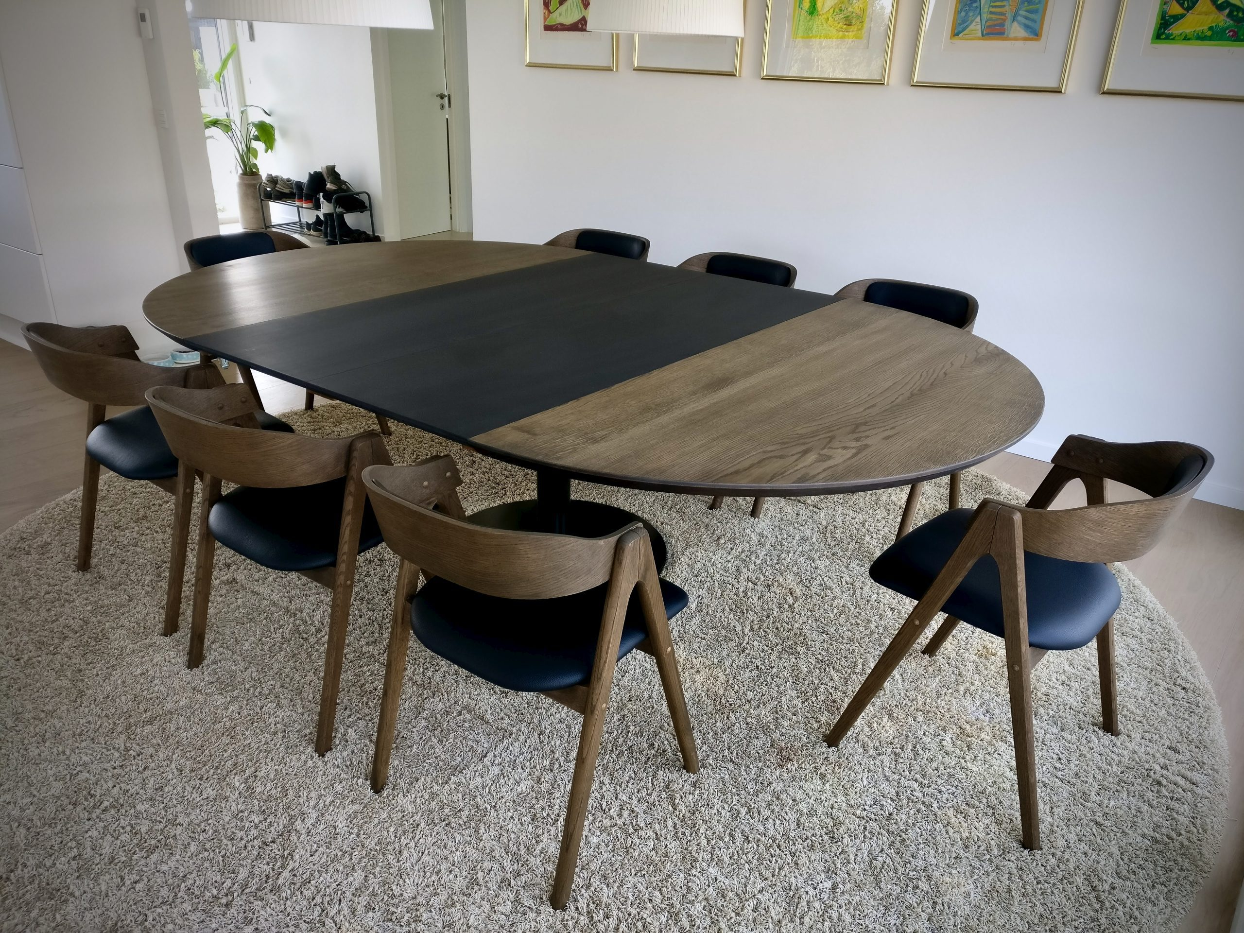 Rundt plankebord i egetrae kaerbygaard 2021 med udtryk og 2 tillaegsplader inkl mette spisebordsstole 1 scaled