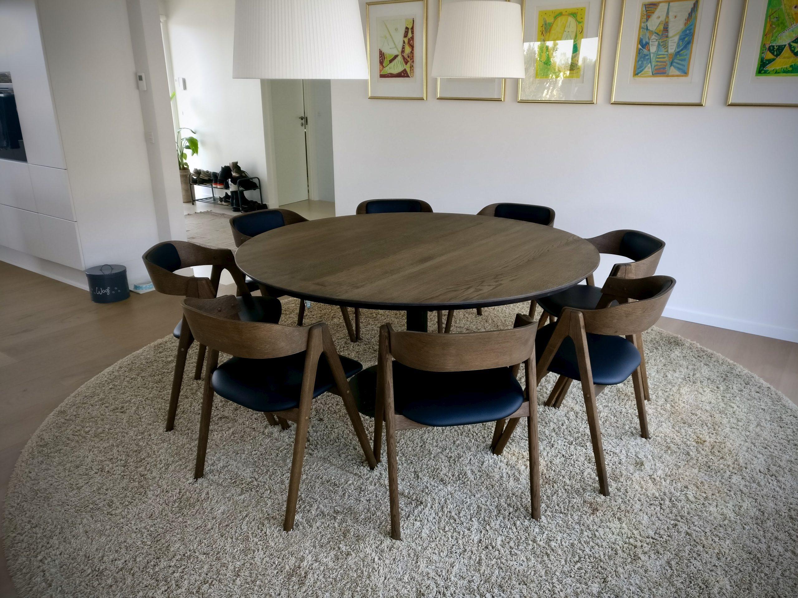 Rundt plankebord i egetrae kaerbygaard 2021 med udtryk og 2 tillaegsplader inkl mette spisebordsstole 2 scaled