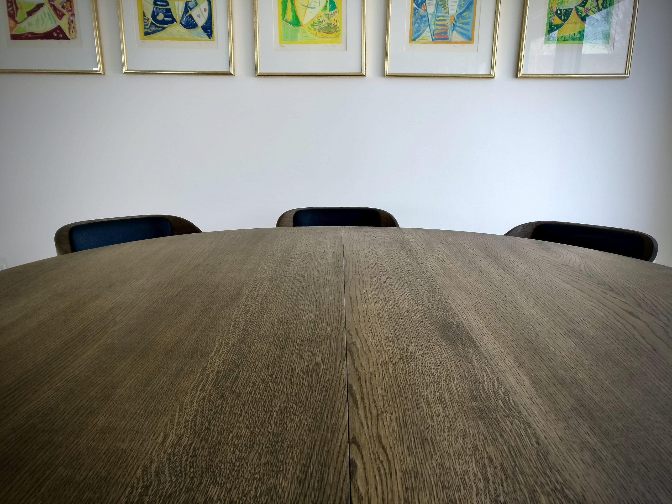 Rundt plankebord i egetrae kaerbygaard 2021 med udtryk og 2 tillaegsplader inkl mette spisebordsstole 4 scaled
