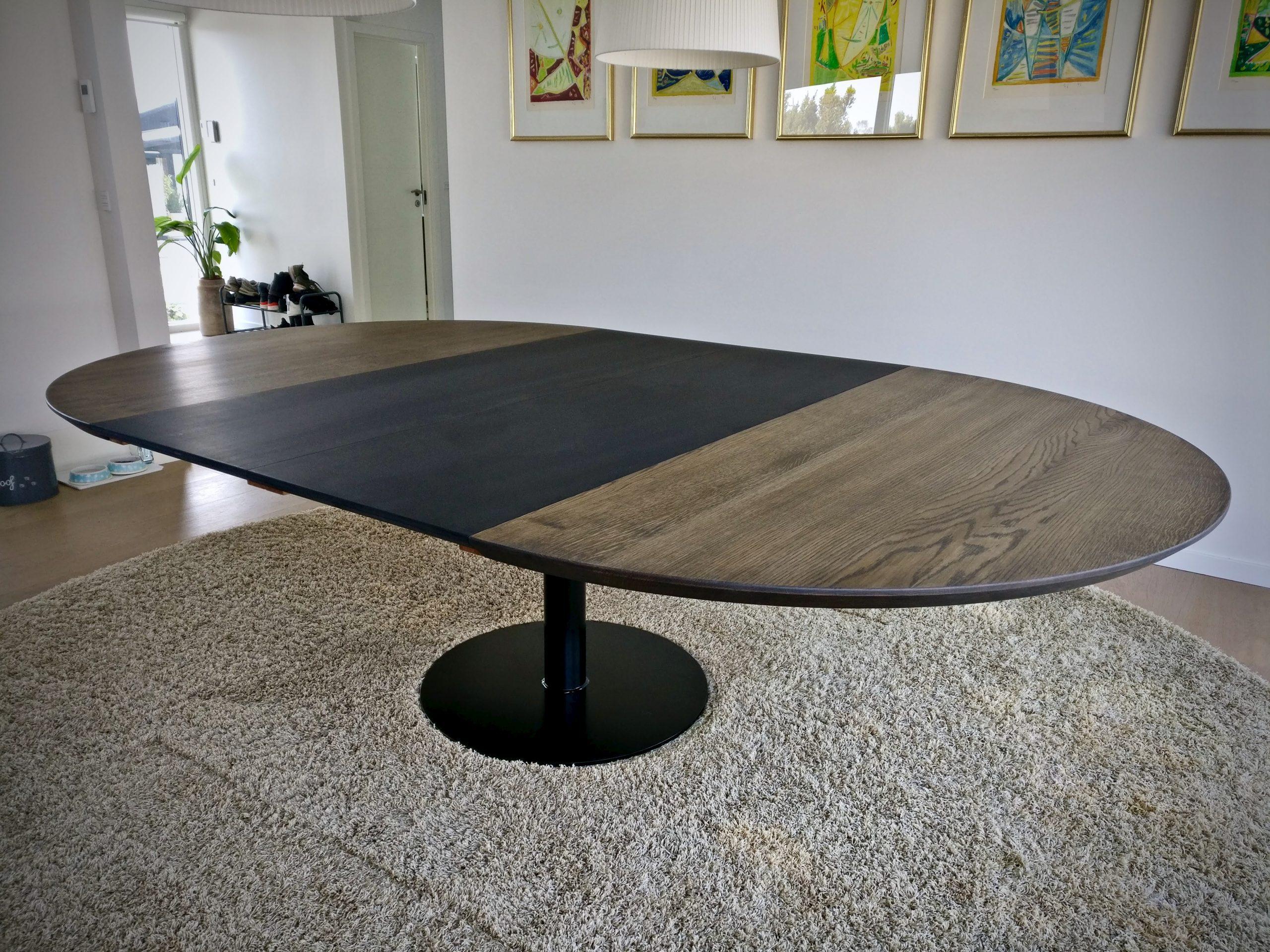 Rundt plankebord i egetrae kaerbygaard 2021 med udtryk og 2 tillaegsplader inkl mette spisebordsstole 5 scaled
