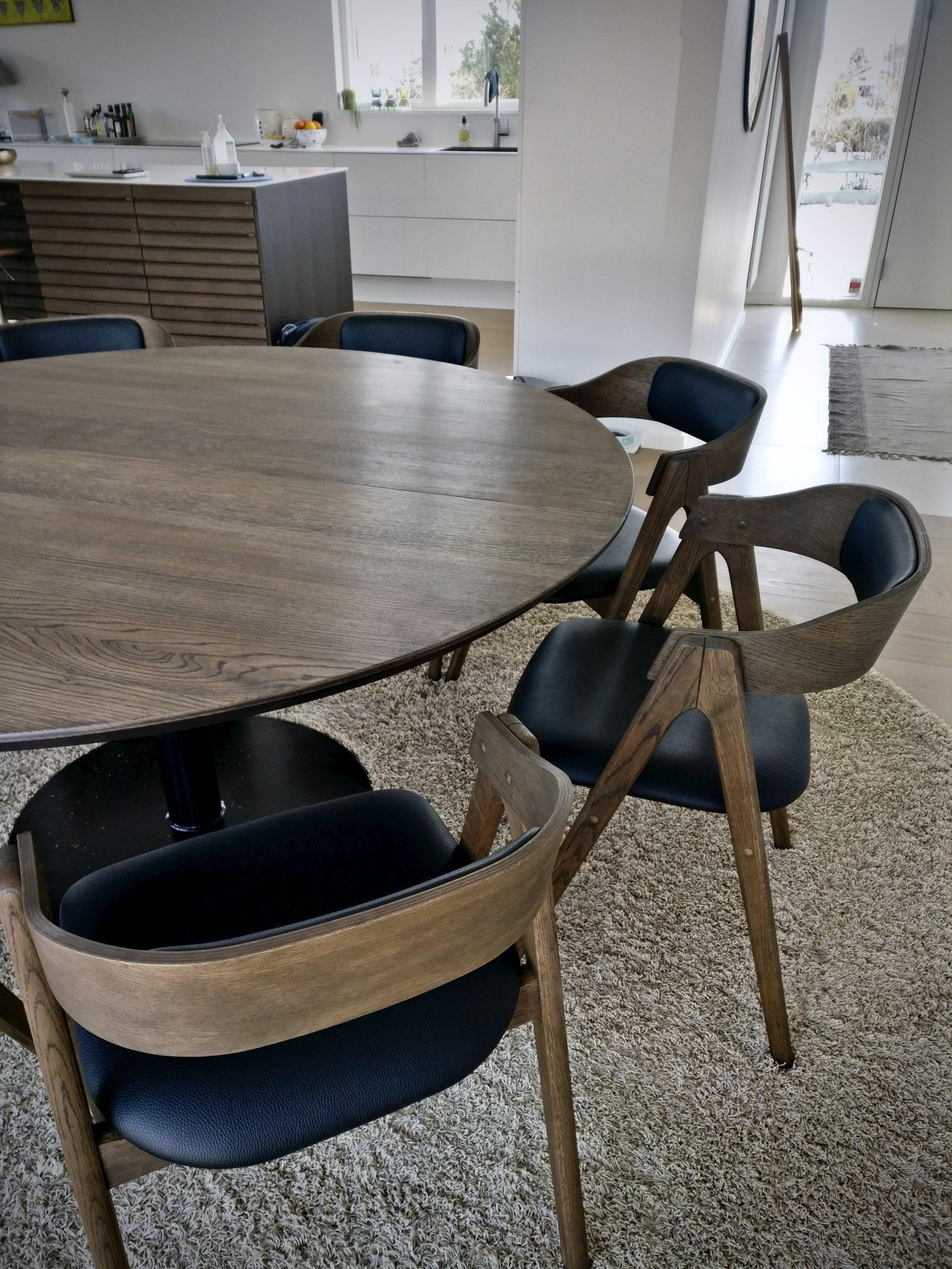Rundt plankebord i egetrae kaerbygaard 2021 med udtryk og 2 tillaegsplader inkl mette spisebordsstole 6 scaled
