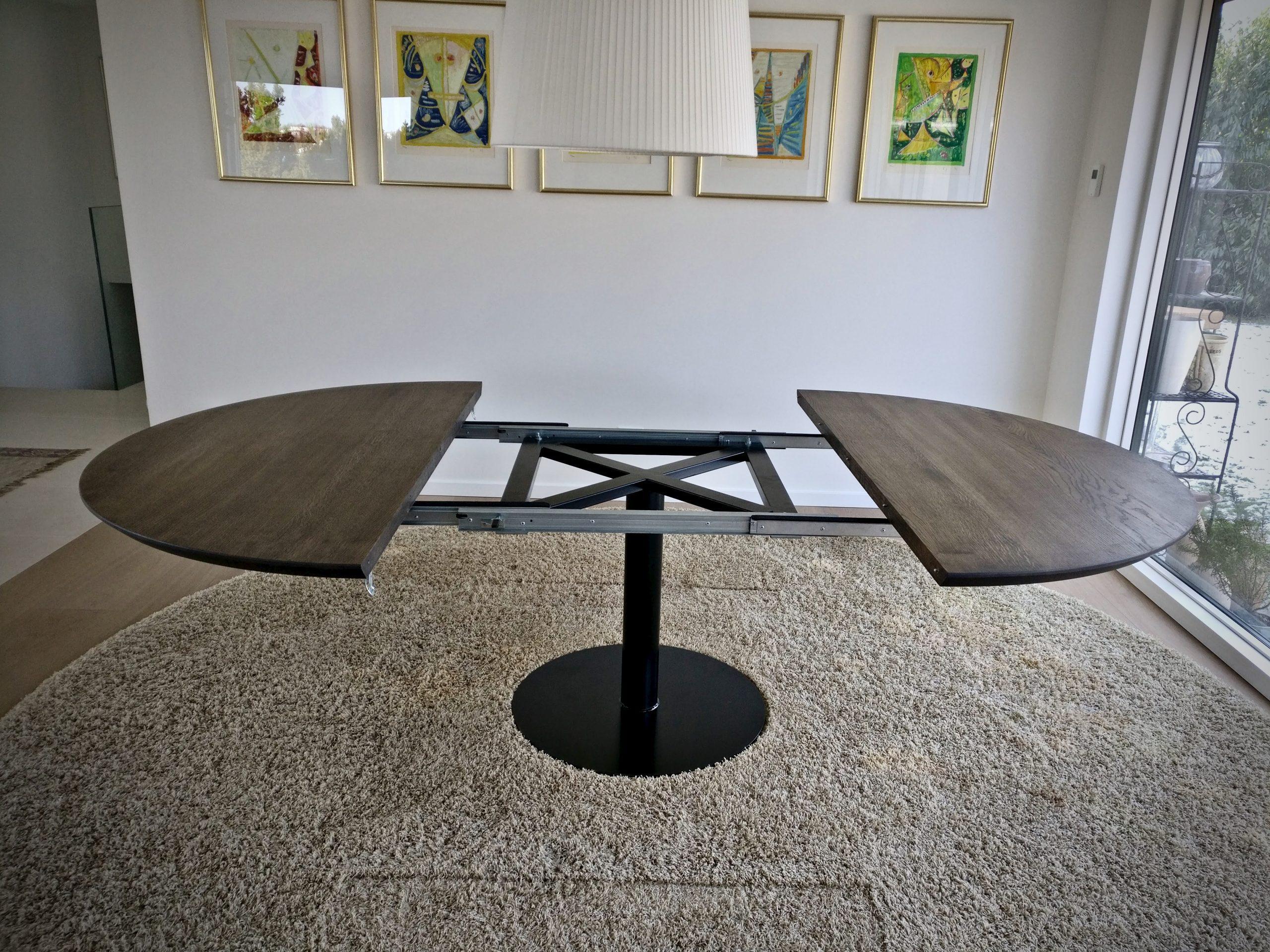 Rundt plankebord i egetrae kaerbygaard 2021 med udtryk og 2 tillaegsplader inkl mette spisebordsstole 7 scaled