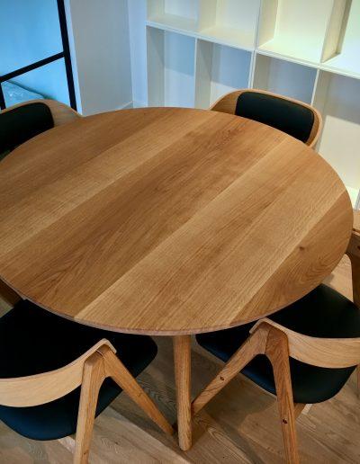 Rundt plankebord i elmetrae 2021 kaerbygaard 2021 med udtryk og 2 tillaegsplader inkl mette spisebordsstole 1