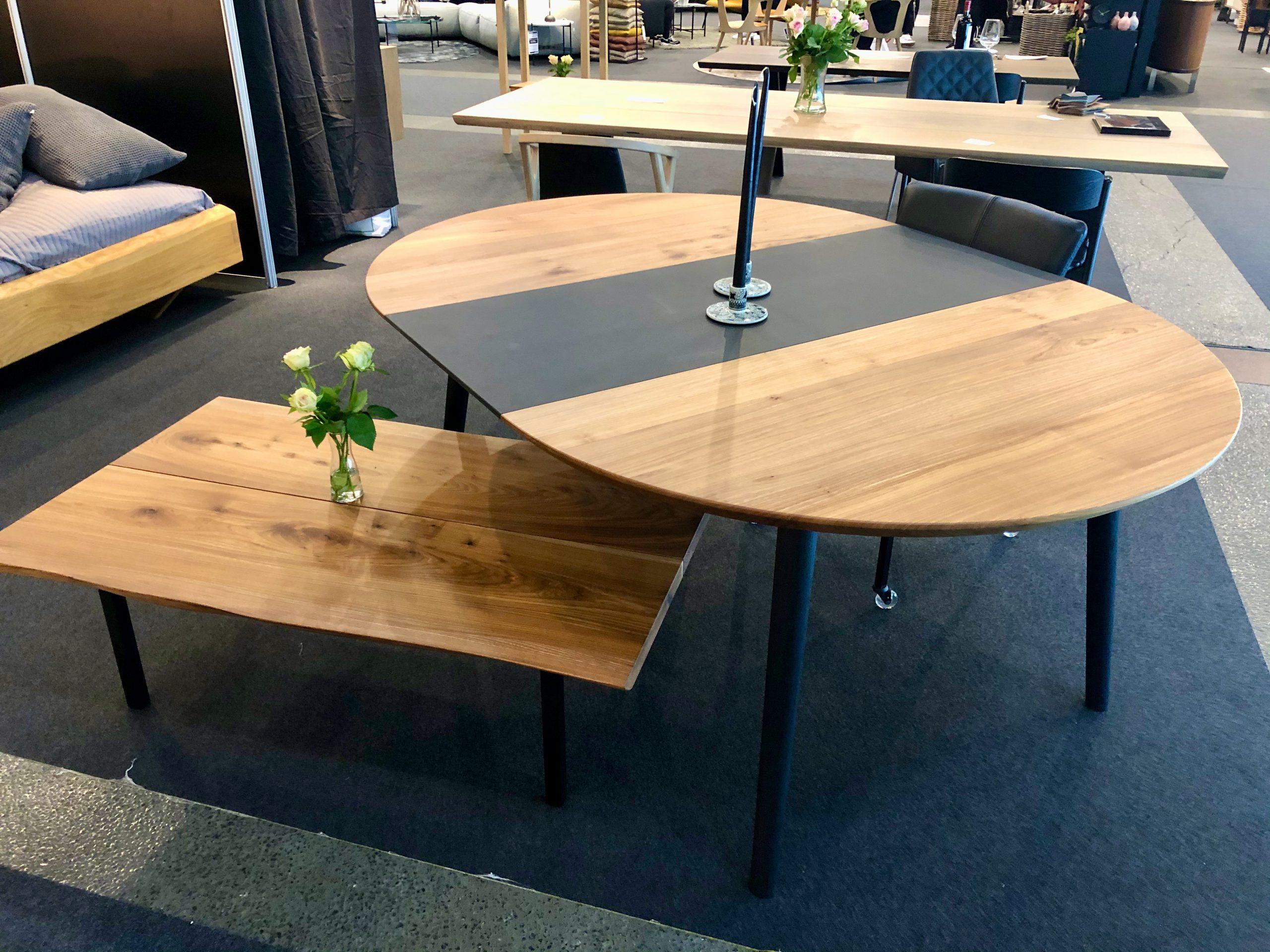 Rundt plankebord i elmetrae 2021 kaerbygaard 2021 med udtryk og 2 tillaegsplader inkl mette spisebordsstole 3 scaled