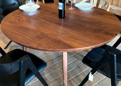 Rundt plankebord i valnoed 2021 kaerbygaard 2021 med udtryk og 2 tillaegsplader inkl mette spisebordsstole 1