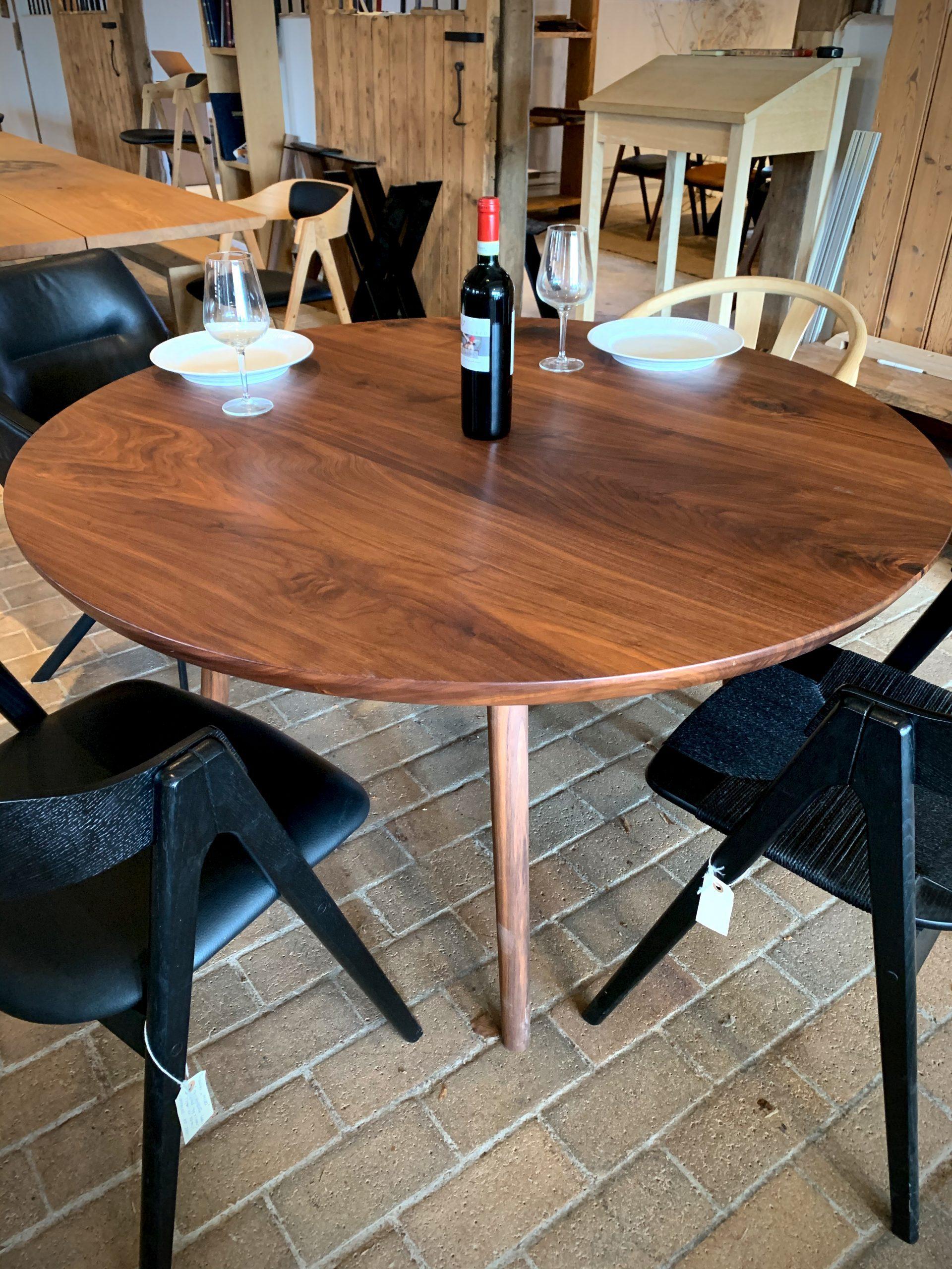 Rundt plankebord i valnoed 2021 kaerbygaard 2021 med udtryk og 2 tillaegsplader inkl mette spisebordsstole 1 scaled