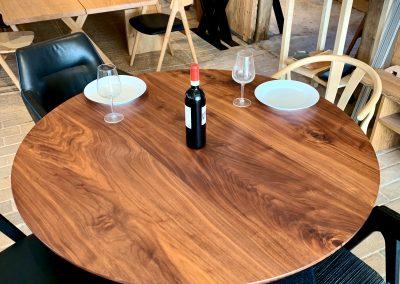 Rundt plankebord i valnoed 2021 kaerbygaard 2021 med udtryk og 2 tillaegsplader inkl mette spisebordsstole 4