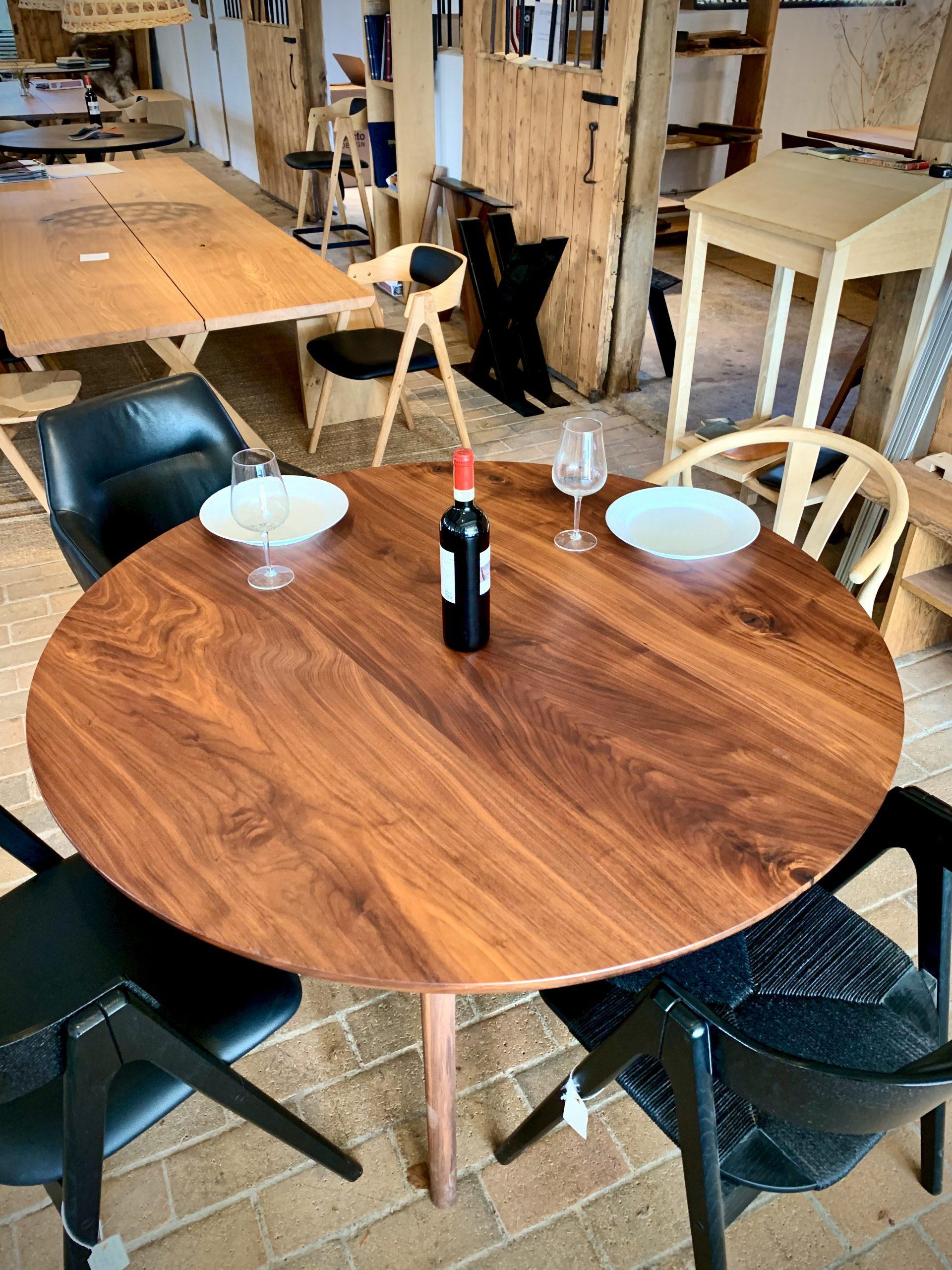 Rundt plankebord i valnoed 2021 kaerbygaard 2021 med udtryk og 2 tillaegsplader inkl mette spisebordsstole 4 scaled